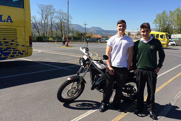 Alumnos haciendo prácticas de moto