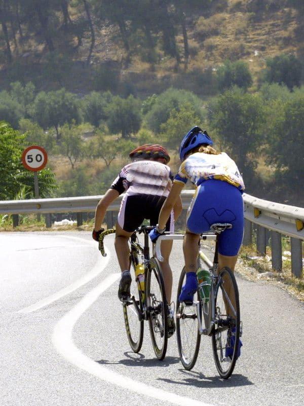 adelantar bicicletas linea continua